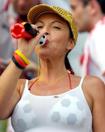 图文:德国vs波兰 女球迷等待比赛开始