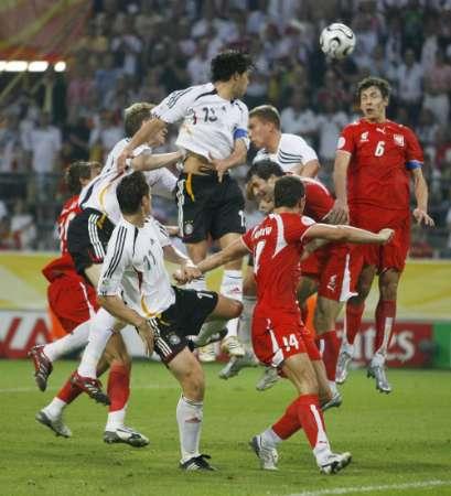 图文:德国VS波兰 波兰门前的混战