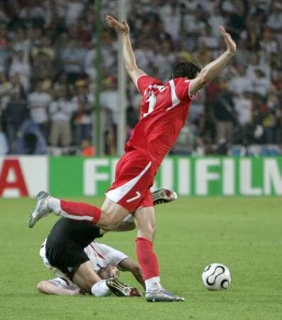图文:德国VS波兰 7号放倒克洛斯