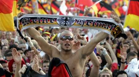 图文:德国1-0波兰 德国球迷高举胜利之旗