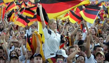 图文:德国1-0波兰 德国球迷摇旗庆祝胜利