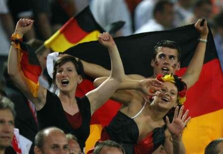 图文:德国1-0波兰 德国球迷欢呼胜利