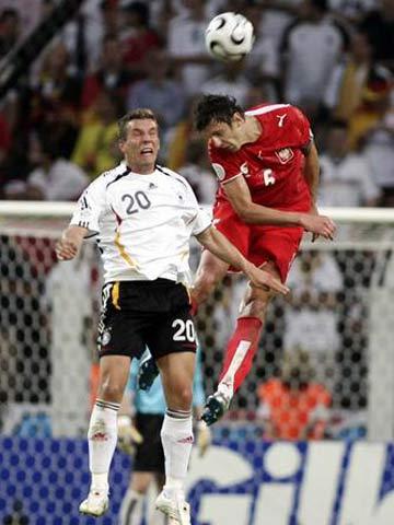 图文:德国1-0波兰 波兰队员巴克争顶