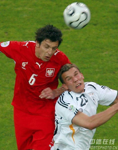 图文:德国1-0波兰 巴克与波多尔斯基争头球