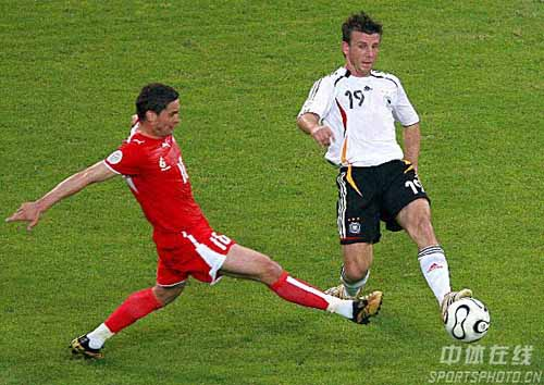 图文:德国1-0波兰 国队19号施奈德运球