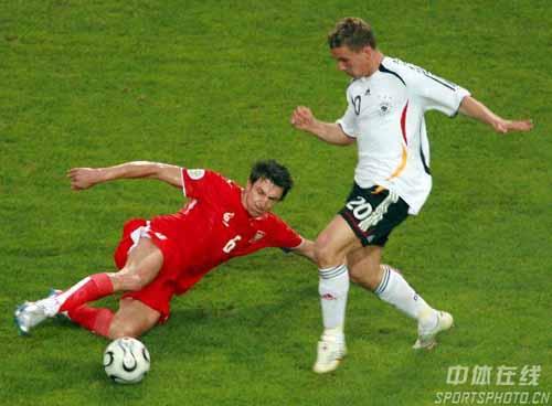 图文:德国1-0波兰 班克飞铲德国队波多尔斯基