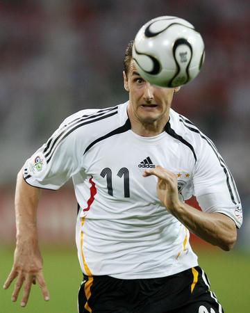 图文:德国1-0波兰 克洛泽在比赛中追球