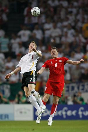图文:德国1-0波兰 施魏因施泰格争顶