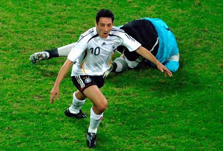 图文:厄瓜多尔0-3德国 克洛斯带球突入禁区