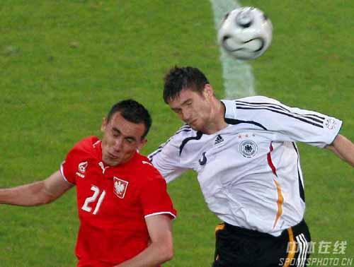 图文:德国1-0波兰 双方队员争顶头球