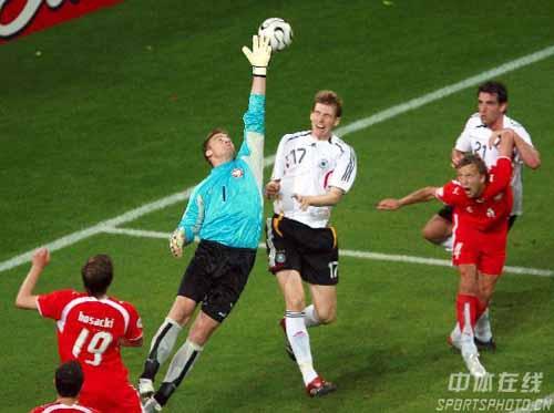 图文:德国1-0波兰 波兰队博鲁茨门前救险