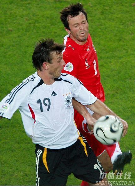 图文:德国1-0波兰 施奈德全力拼抢