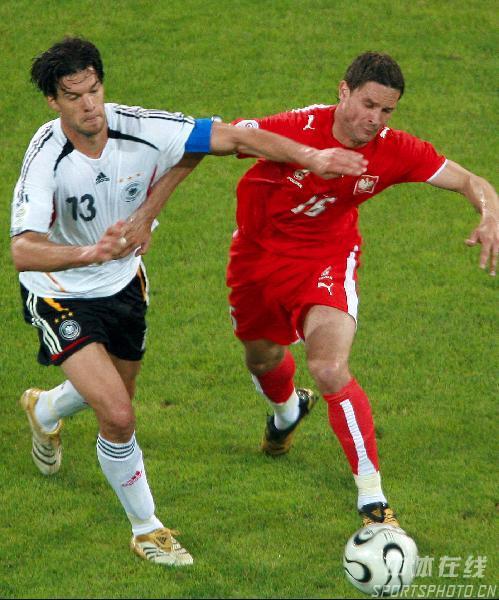图文:德国1-0波兰 德国队巴拉克带球突破
