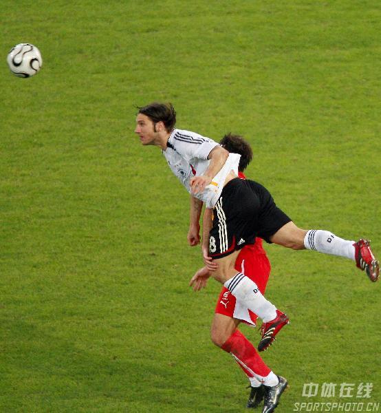 组图:德国1-0波兰 弗林斯头顶脚踢