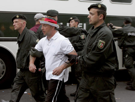 图文:德国VS波兰 球迷暴徒被警方拘捕