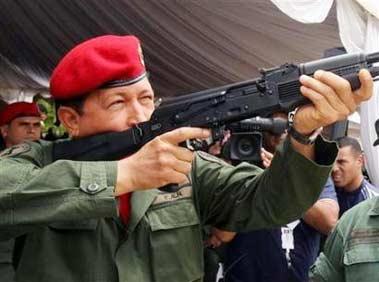 查韦斯向委内瑞拉部队发放新步枪 准备抗美(图)
