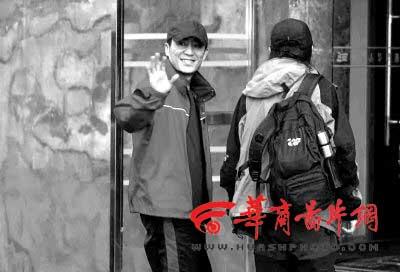 张艺谋重庆变脸 身边大汉强行删记者照片(图)