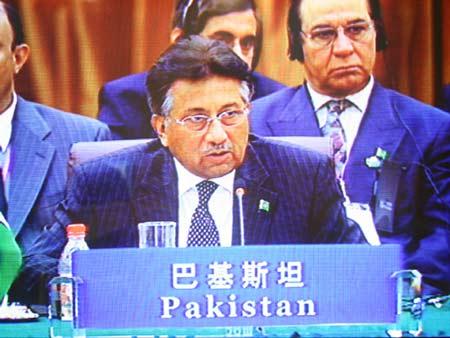 图文:巴基斯坦总统穆沙拉夫在会议上发言