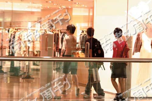 梁朝伟被追问婚期 刘嘉玲香港独自逛闷街(图)