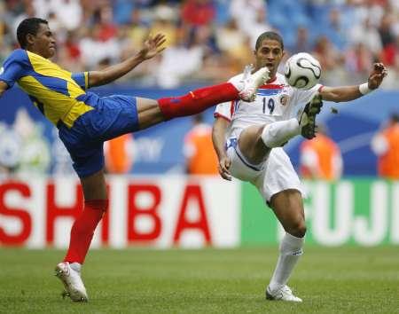 图文:厄瓜多尔VS哥斯达黎加 萨博里奥抢球