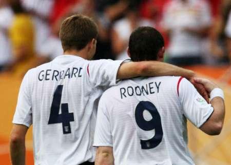 图文:英格兰2-0特立尼达 鲁尼与队友
