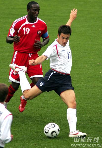 图文:英格兰2-0特立尼达 乔科尔大脚传球