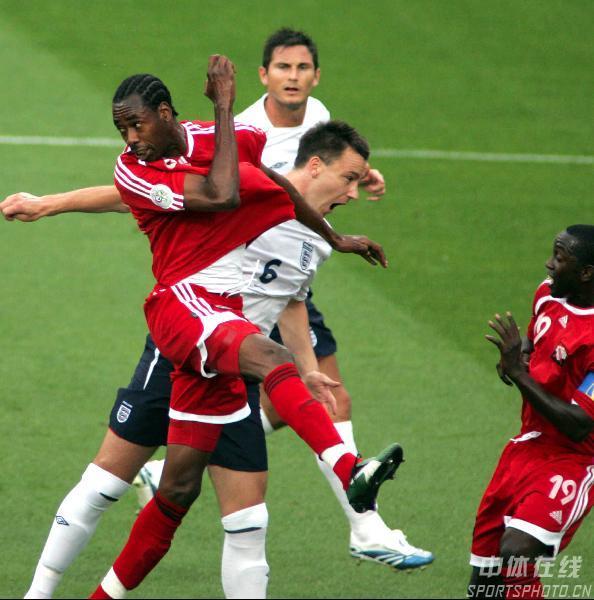 图文:英格兰2-0特立尼达 双方在场上混战