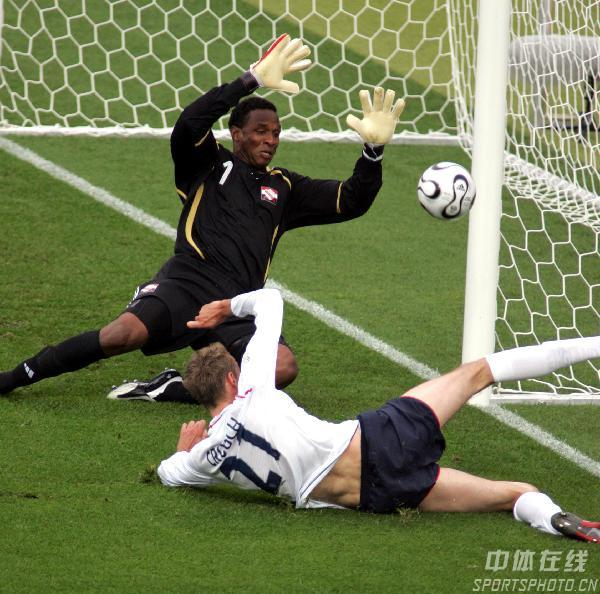 图文:英格兰2-0特立尼达 罗滨逊救险