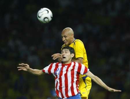图文:瑞典1-0巴拉圭 场上精彩拼抢