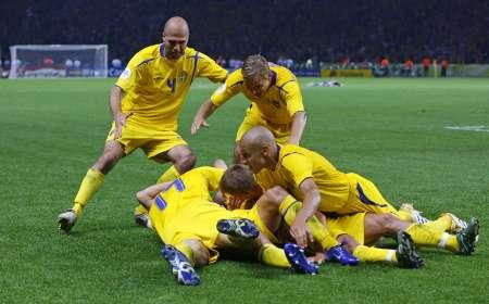 组图:瑞典1-0巴拉圭 永贝里与队友庆祝