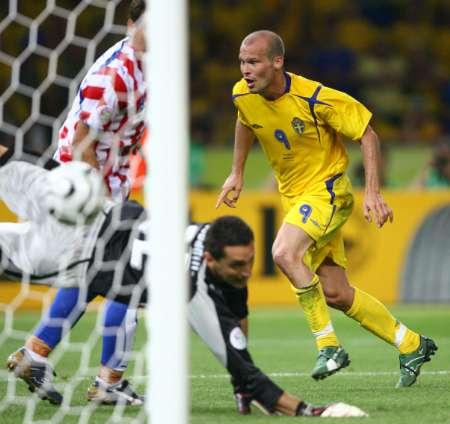 组图:瑞典1-0巴拉圭 永贝里庆祝进球