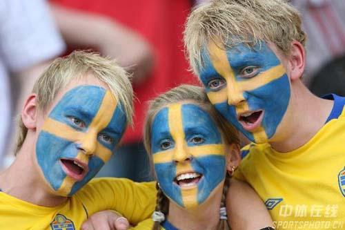 图文:瑞典1-0巴拉圭 瑞典球迷为球队加油