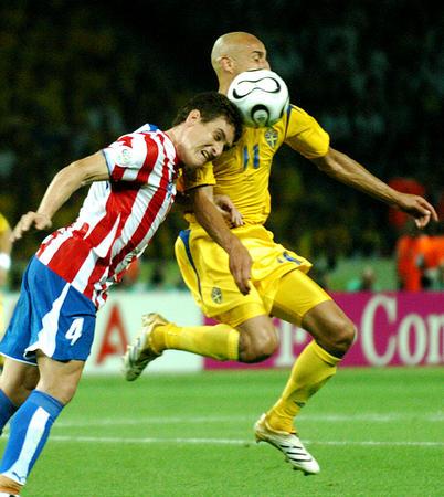 图文:瑞典1-0巴拉圭 拉尔森与加马拉在拼抢