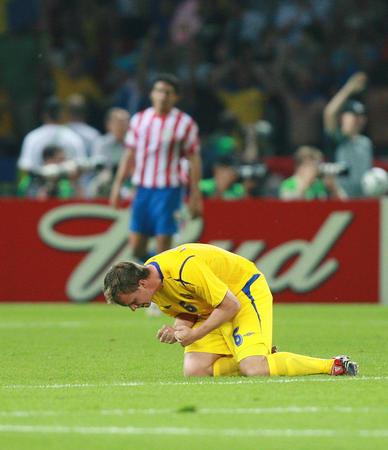 图文:瑞典1-0巴拉圭 林德罗斯庆祝队友进球