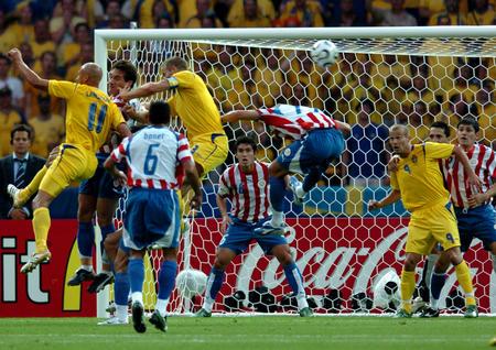 图文:瑞典1-0巴拉圭 球员在禁区内寻找机会