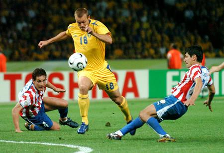 图文:瑞典1-0巴拉圭 琼森在比赛中带球突破