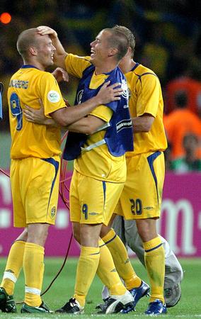 图文:瑞典1-0巴拉圭 永贝里进球接受庆祝