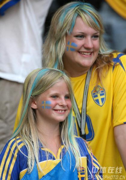 图文:瑞典1-0巴拉圭 母女球迷为瑞士队加油