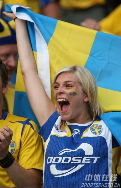 图文:瑞典1-0巴拉圭 女球迷为胜利狂喜