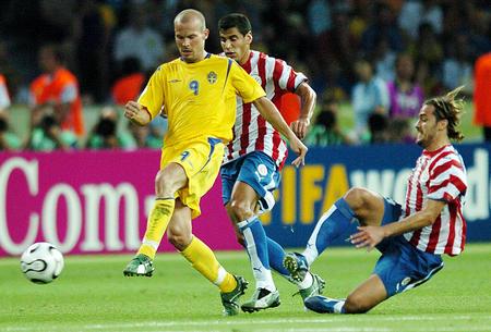 图文:瑞典1-0巴拉圭 永贝里带球进攻