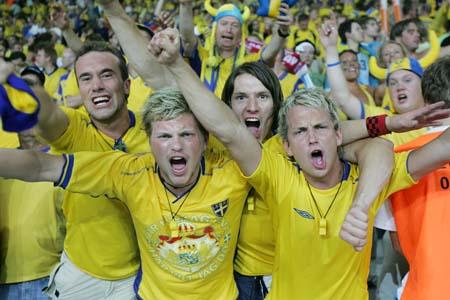 图文:瑞典1-0巴拉圭 瑞典球迷庆祝胜利