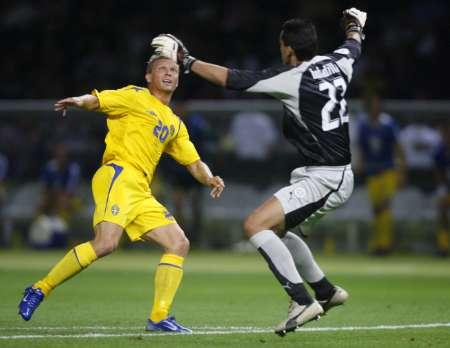 图文:瑞典1-0巴拉圭 老鹰捉小鸡