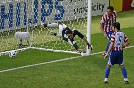 图文:瑞典1-0巴拉圭 球进瞬间