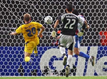图文:瑞典1-0巴拉圭 准备挑射进球