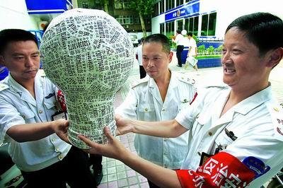 郑州巡防队员用办假证小广告贴出大力神杯(图)