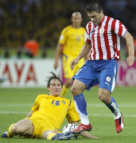 图文:瑞典1-0巴拉圭 场上球员在精彩拼抢