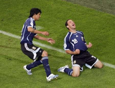 组图:阿根廷VS塞黑 罗德里格斯仰天长笑