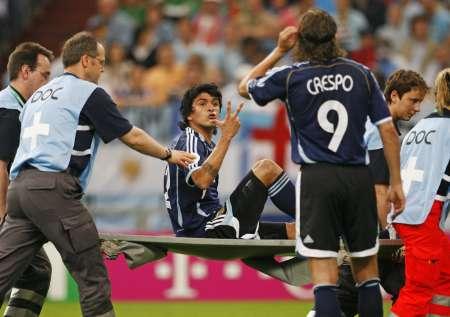 组图:阿根廷VS塞黑 冈萨雷斯受伤下场