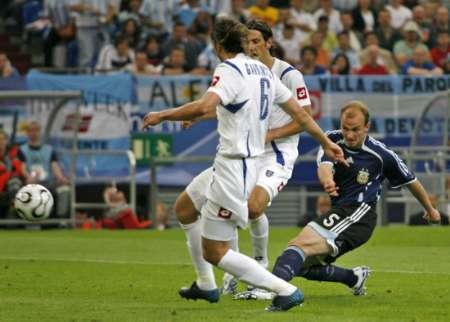 图文:阿根廷VS塞黑 坎比亚索攻门瞬间