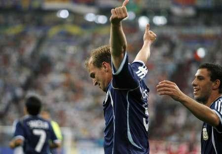 图文:阿根廷VS塞黑 坎比亚索庆祝动作